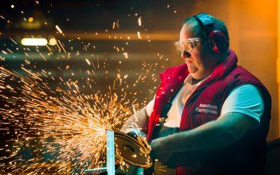Setfotografie, hard werken in de fabriek